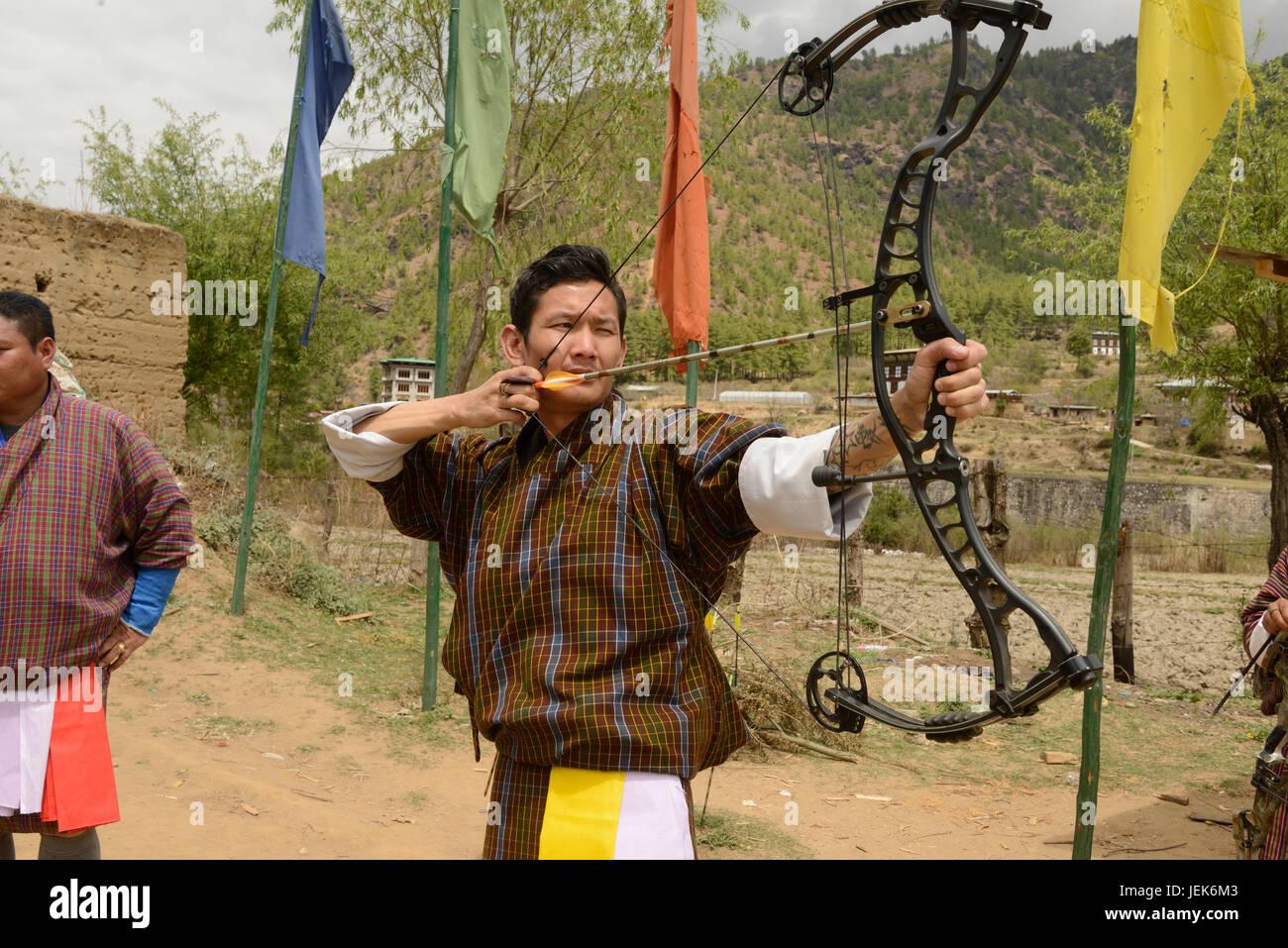 Mann, die nationale Sportart Bogenschießen, Thimphu, Bhutan, Asien Stockbild