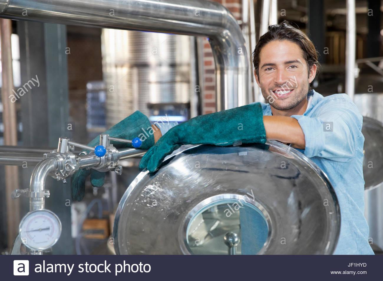 Porträt von männlichen Brauerei Worker Check-Gärung Stockbild