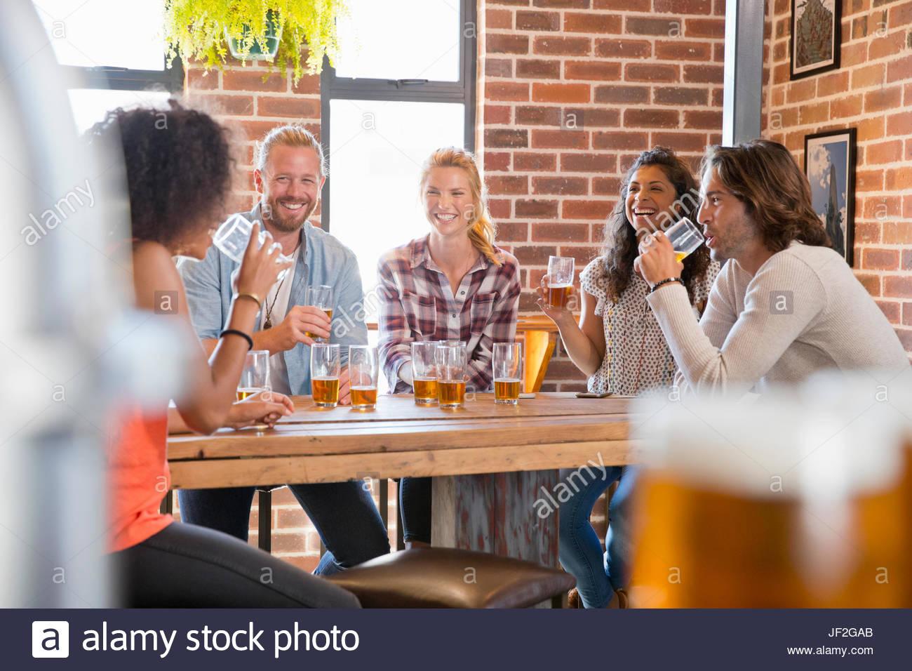 Gruppe von jungen Freunden Geselligkeit Bar zusammen Stockbild