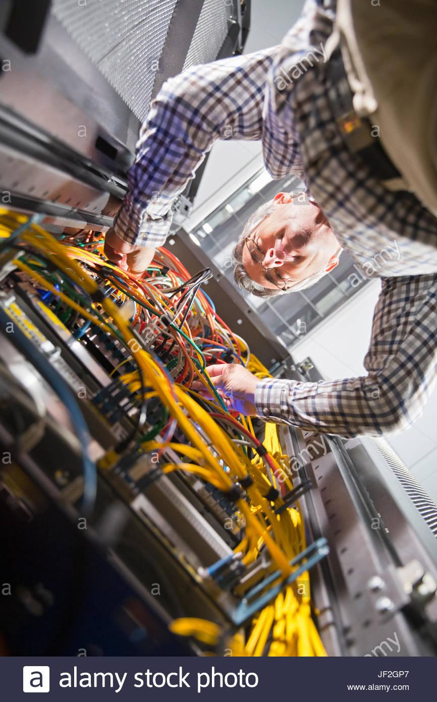 Techniker im sicheren Rechenzentrum Server Verkabelung prüfen Stockbild