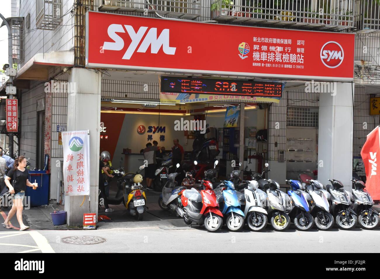 Roller auf den Straßen von New Taipei City, ein Hauptmodus des Transportes aufgrund es kostet unter 2.000 US Stockbild