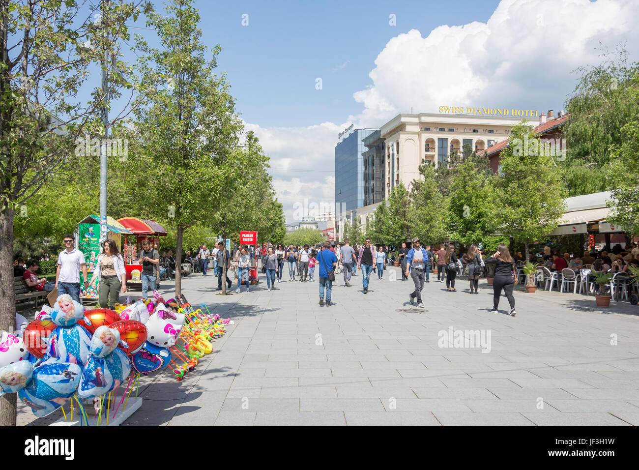 Fußgängerzone Sheshi Nene Tereza (Einkaufsstraße), Pristina (Prishtina), Republik Kosovo Stockbild