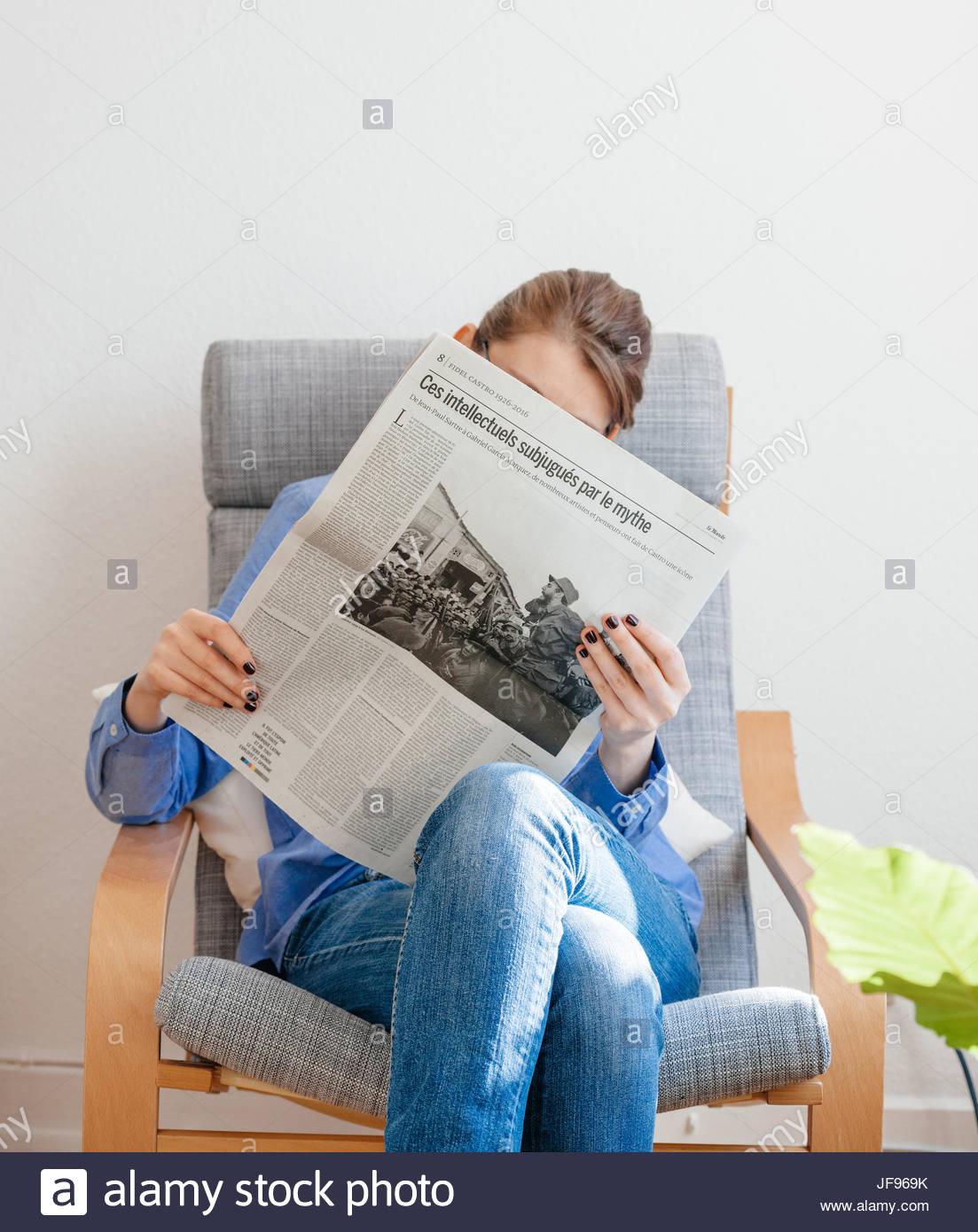 Frau liest über Fidel Castro Tod Stockbild