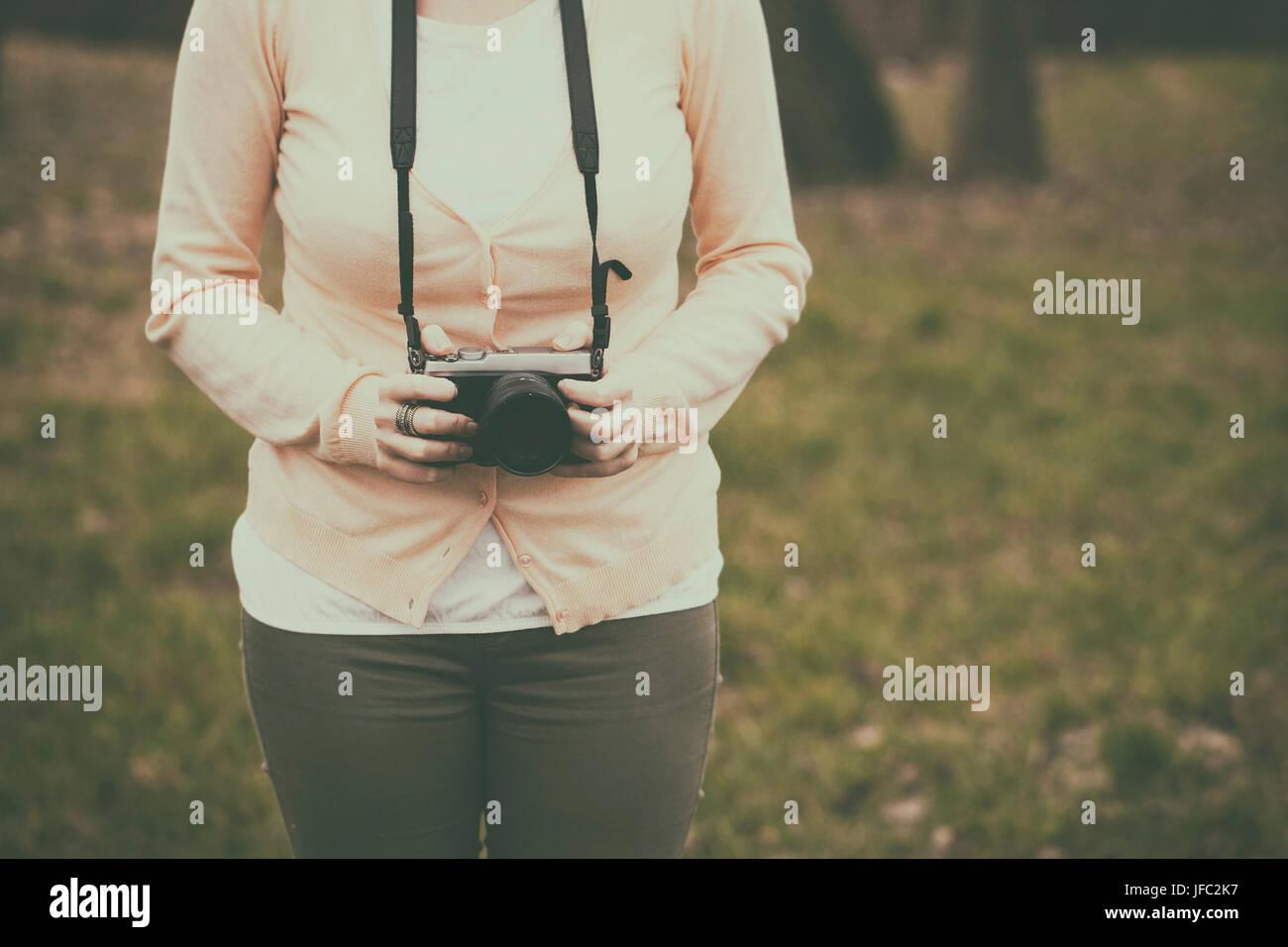 Frau mit einer Retro-Kamera Stockbild