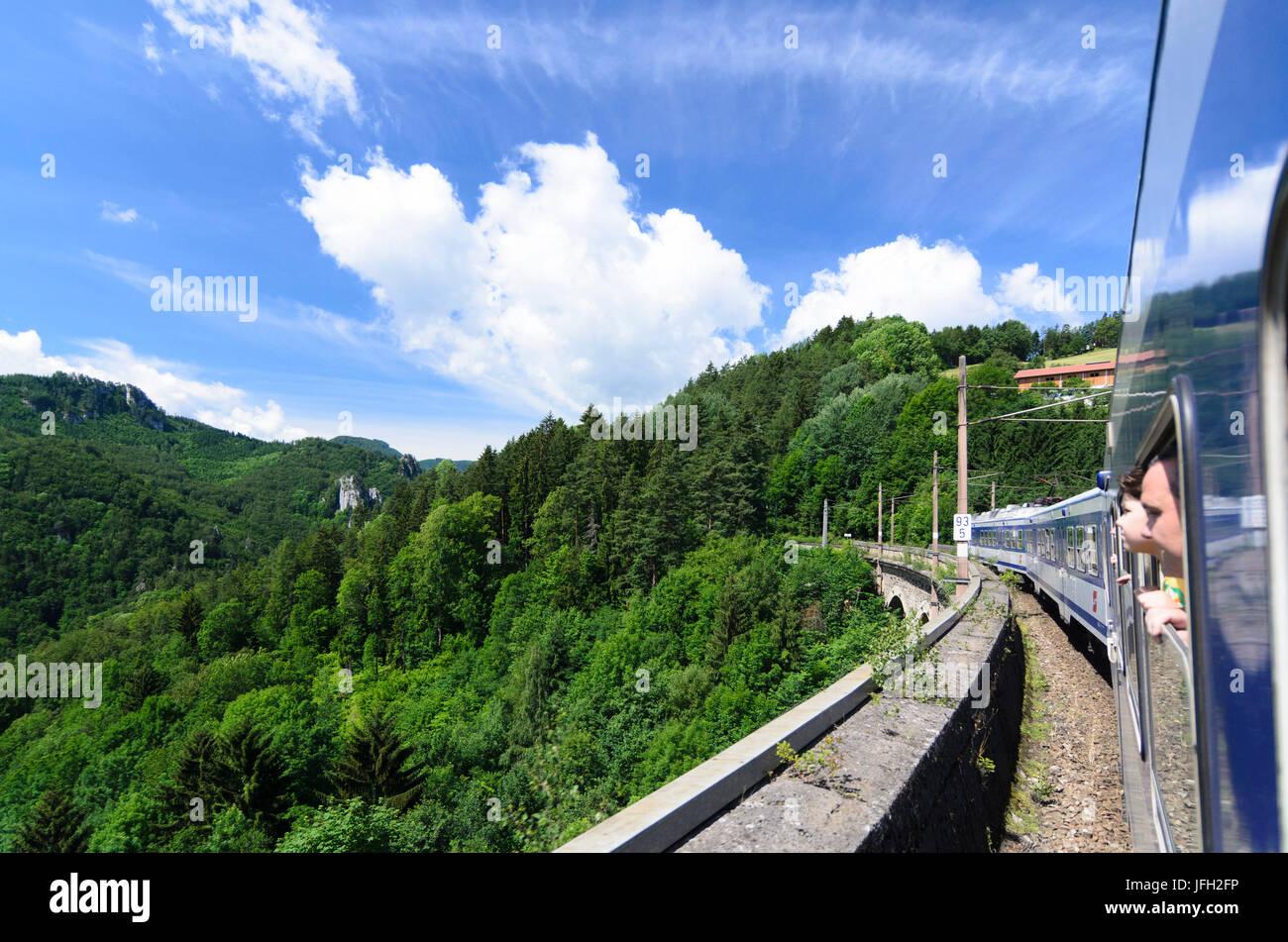 Regionalzug auf der Semmeringbahn, Österreich, untere Österreich, Wiener Alpen, Breitenstein Stockbild