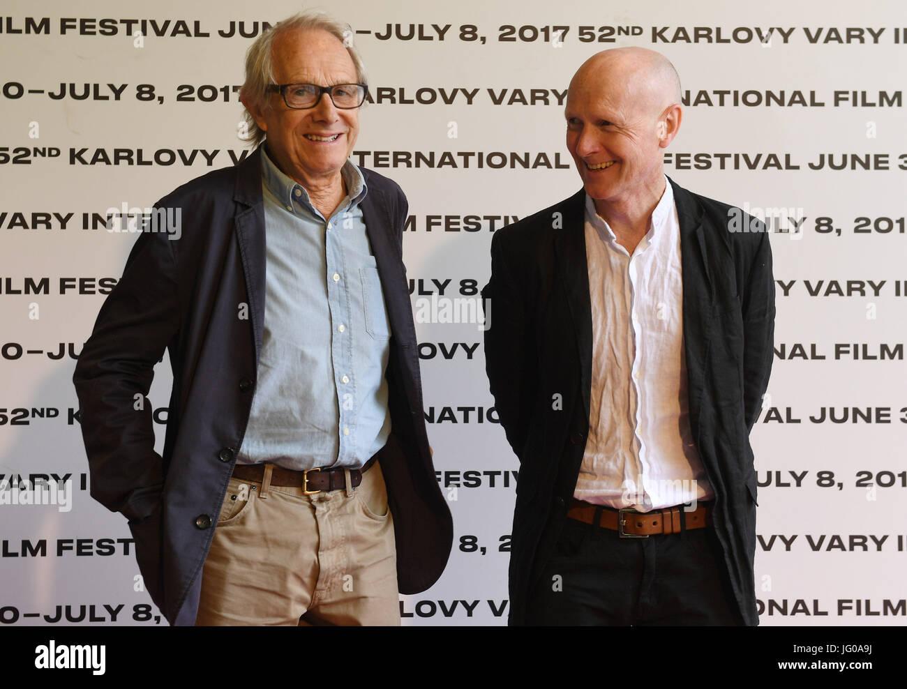 Karlovy Vary, Tschechien. 3. Juli 2017. Regisseur Ken Loach, links und seinem langjährigen Drehbuchautor Paul Stockbild