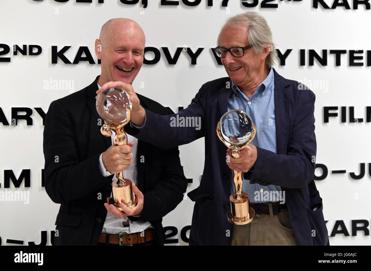 Karlovy Vary, Tschechien. 3. Juli 2017. Regisseur Ken Loach, erhalten Recht und seinem langjährigen Drehbuchautor Stockbild