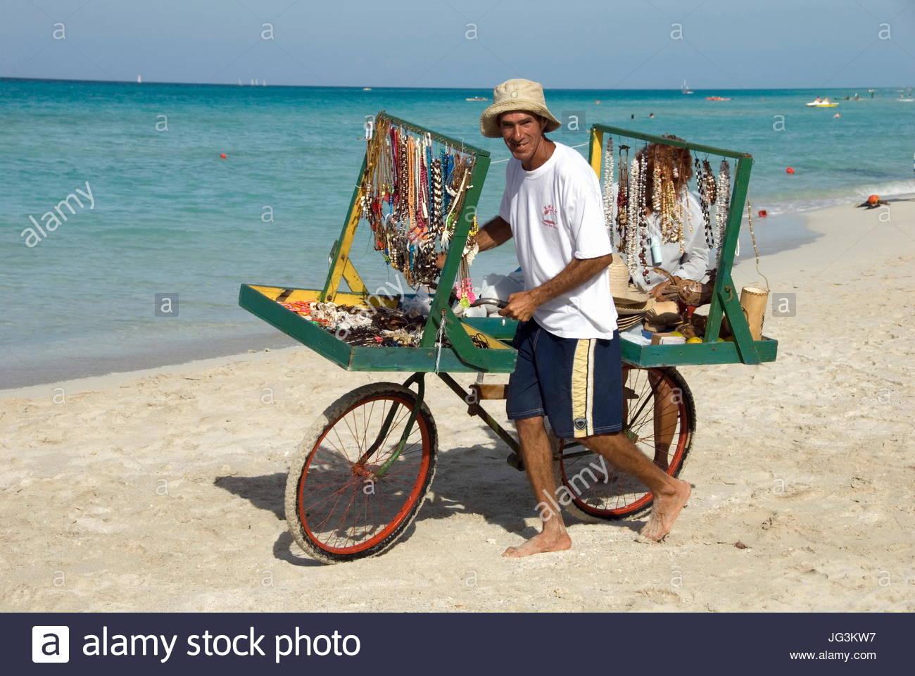 VP 5766524, Schmuckverkäufer, Varadero, Kuba, Karibik [Copyright-Hinweis: Frauke Scholz/McPHOTO/Vario Bilder] Stockbild
