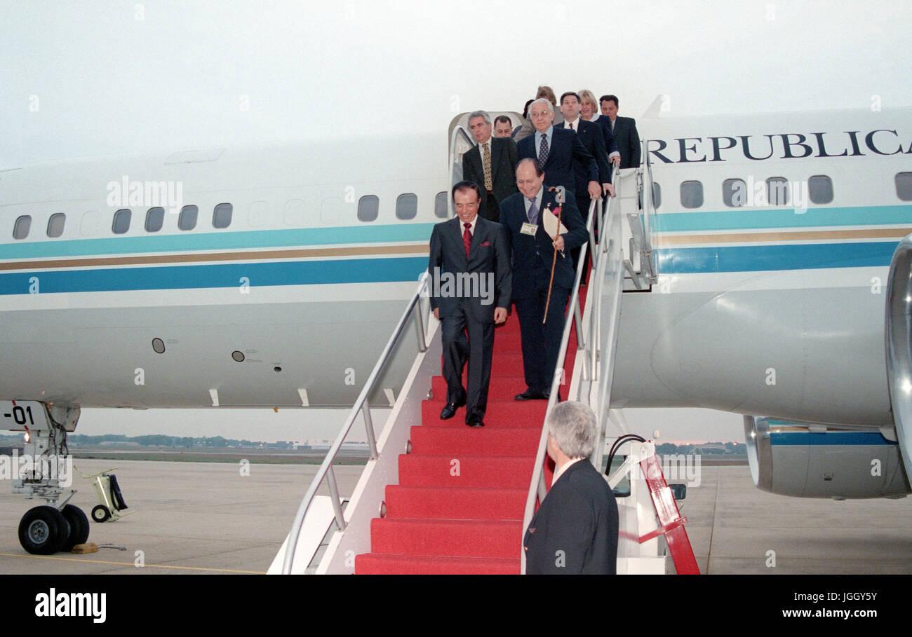 Dr. Carlos S. Menen, Präsident von Argentinien, ergibt sich aus seinem Flugzeug Momente nach der Ankunft am Stockbild