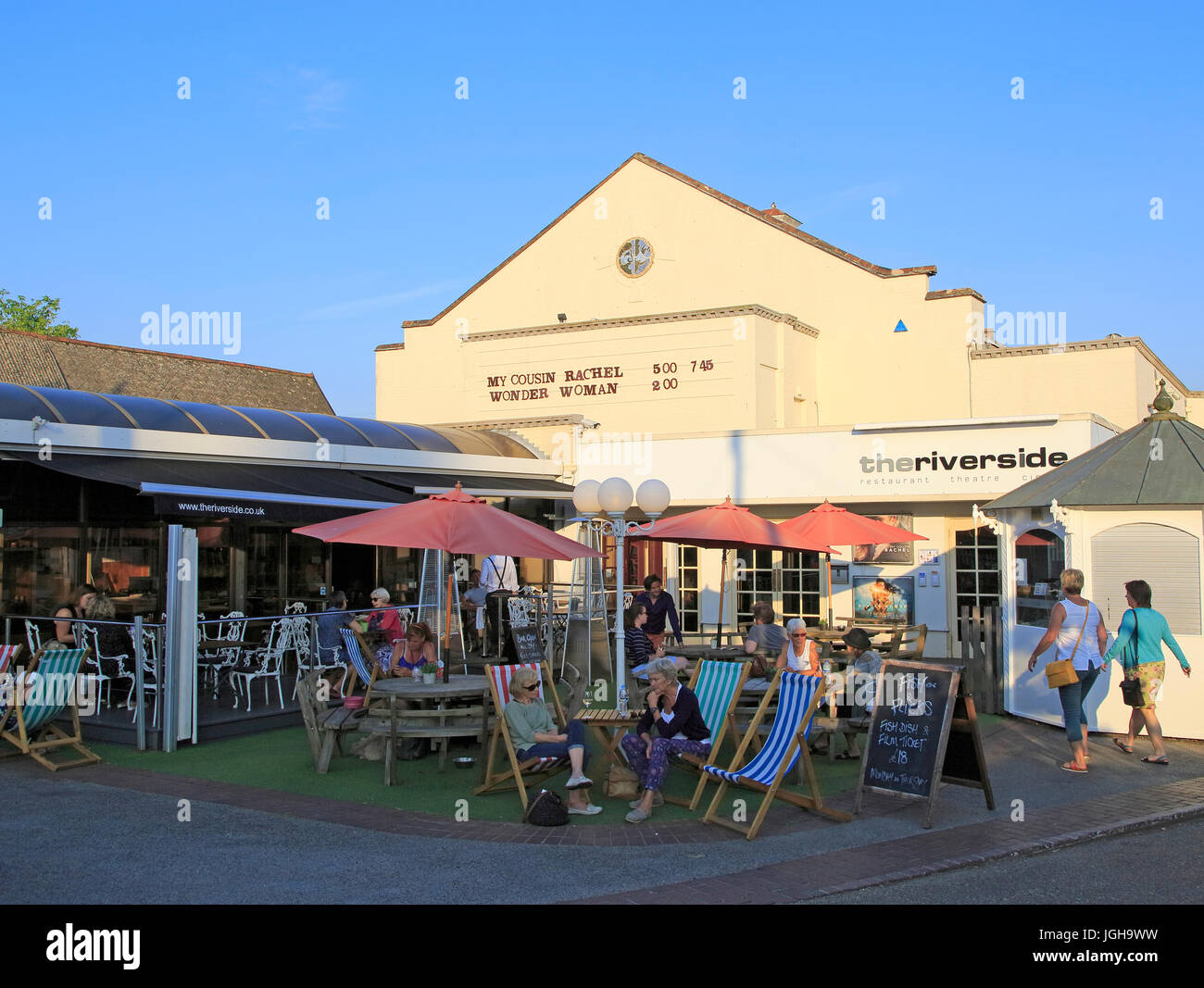 Personen außerhalb der Riverside Kino, Woodbridge, Suffolk, England, UK am Sommerabend Stockbild