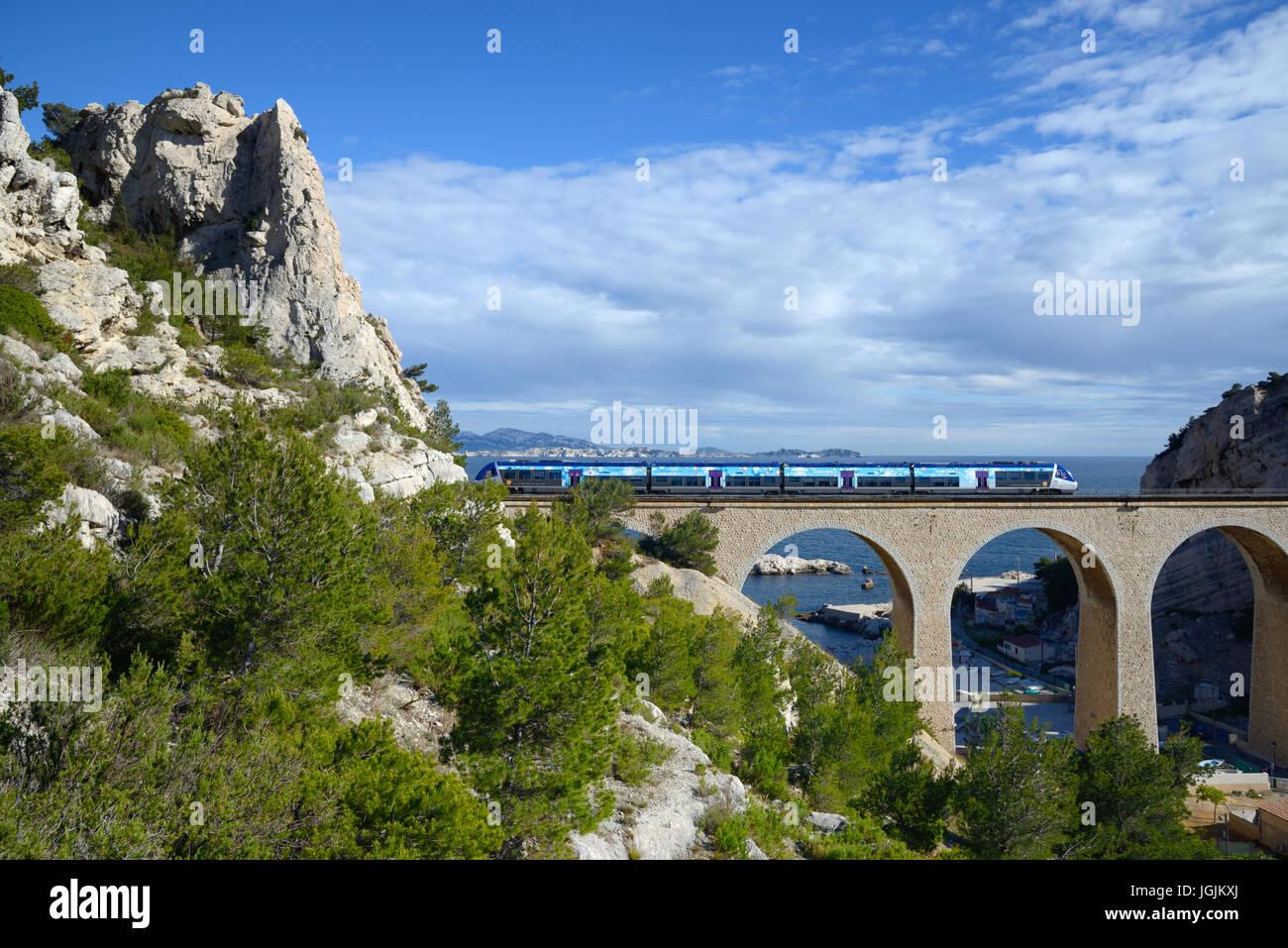 Lokale oder regionale Bahnübergang Eisenbahnviadukt im La Vesse calanque am Mittelmeer la Côte Bleue oder Stockbild