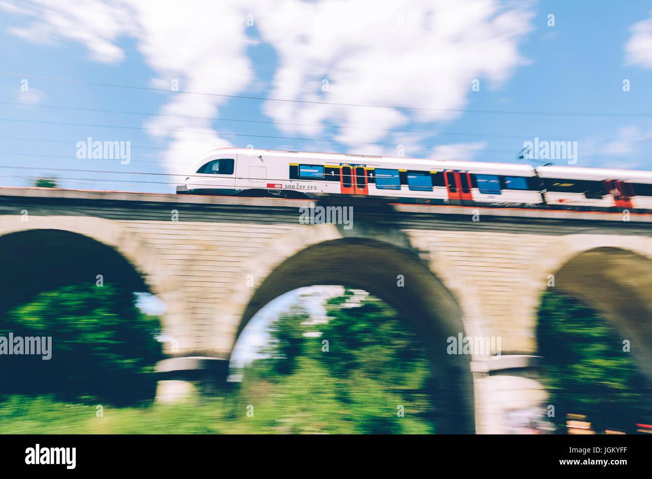 Genf, Schweiz - 25. Juni 2017: Schweizer Regionalzug vorbei über eine Brücke in den Kanton Genf Region Stockbild