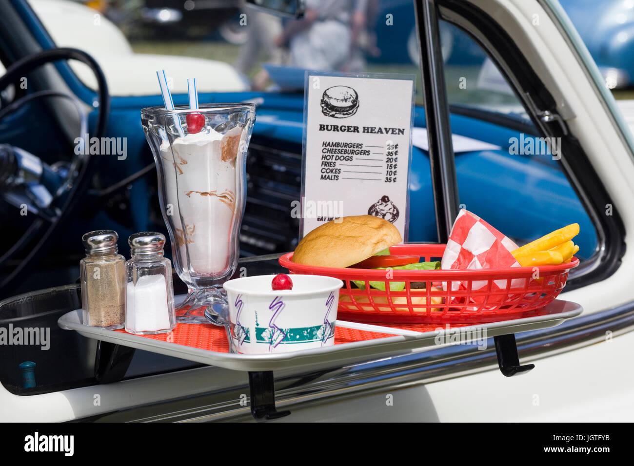 Fast Food auf hängende Fenster Ablage am drive-in Stockbild