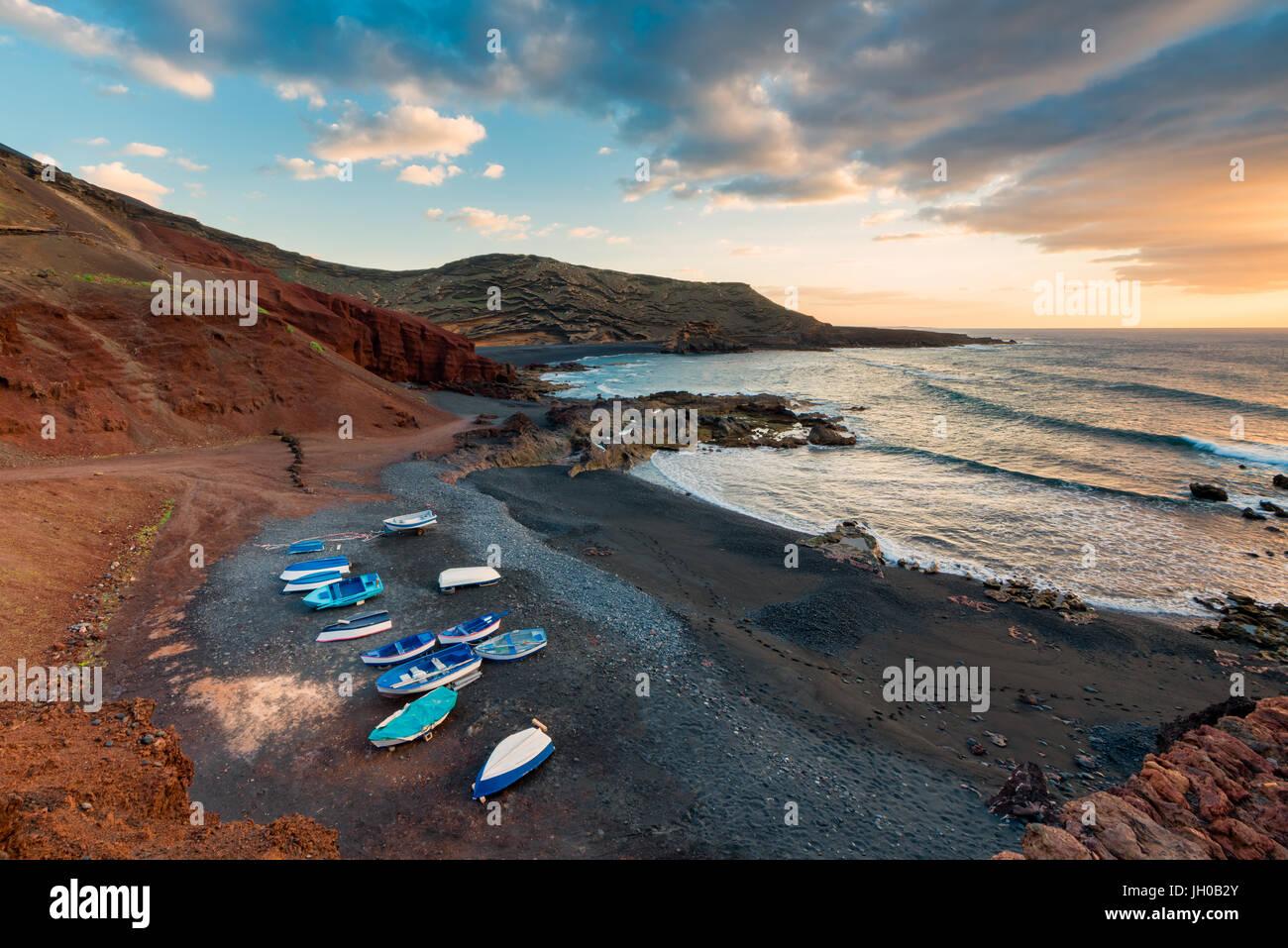 Volcanic Strand in El Golfo, Lanzarote, Kanarische Inseln, Spanien bei Sonnenuntergang Stockbild
