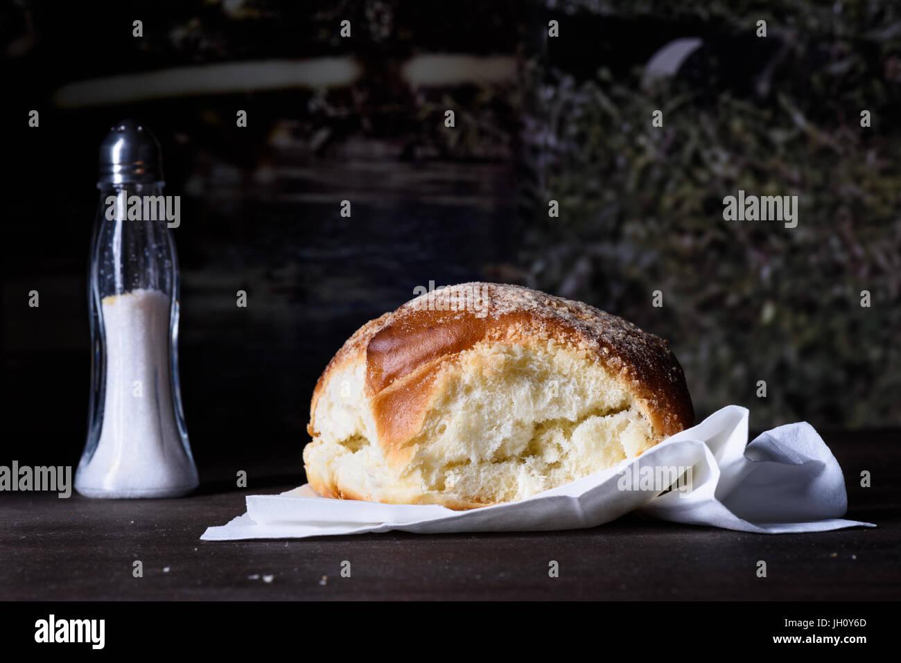 Gebackene Burger Brötchen, frisches Gebäck auf hölzernen Zähler nach oben, Nahaufnahme, Textfreiraum. Stockbild