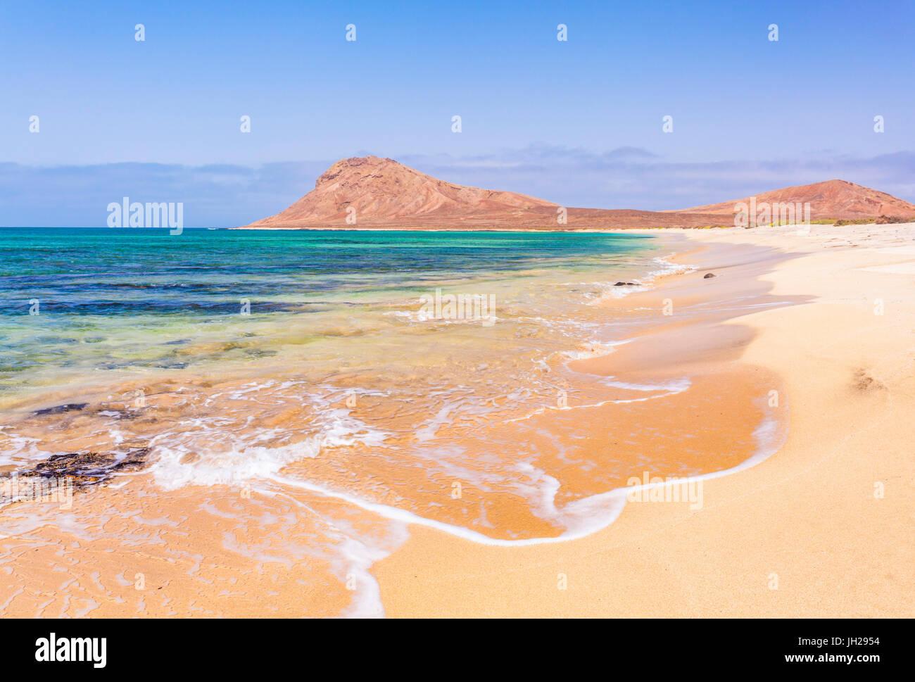 Leeren Sandstrand und die Bucht in der Nähe von Monte Leão Berg (Löwen schlafen), Insel Sal, Kap Stockbild