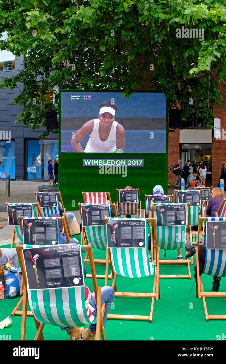 Bristol, UK. 15. Juli 2017. Tennis-Fans sehen Deckung von Wimbledon Dameneinzel Finale auf einer Open-Air-TV-Bildschirm Stockbild