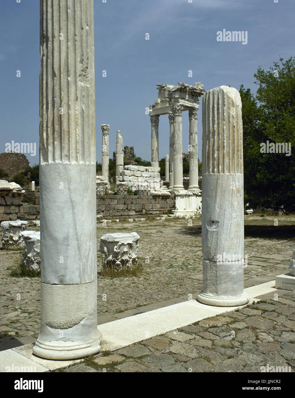 Turkei. Pergamon. Antike griechische Stadt in Aeolis. Der Tempel des Trajan auf der oberen Akropolis. Stockbild