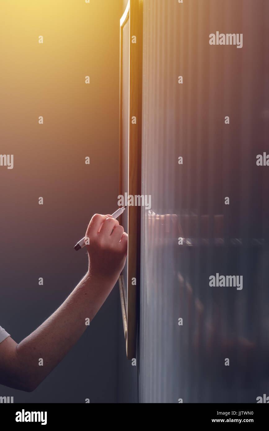 Weibliche Unternehmer während Business-Präsentation oder Seminar, selektiven Fokus auf Büro Whiteboard Stockbild