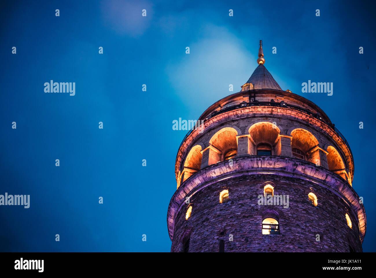 Nachtansicht über Galata Tower(Turkish: Galata Kulesi) (Galata Kulesih) Christea Turris ist ein mittelalterlicher Stockbild