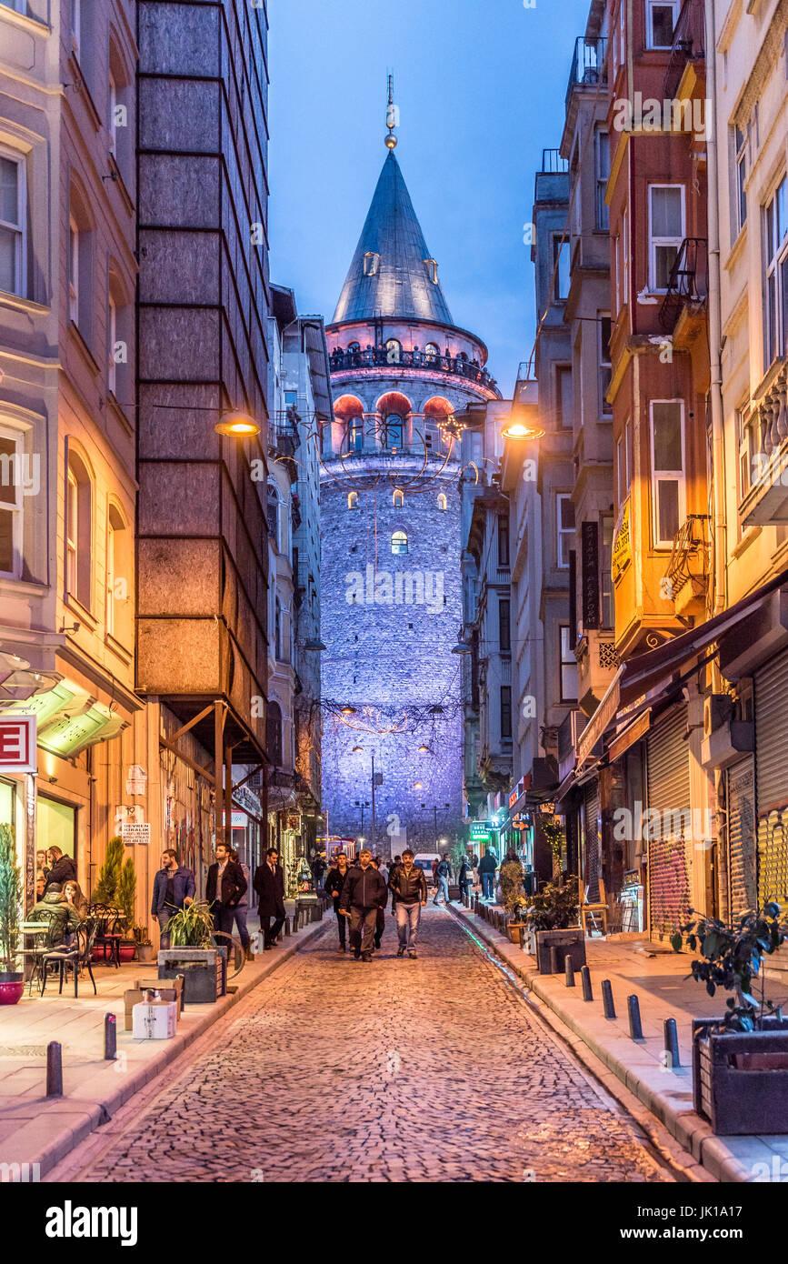 Nachtansicht des alten Gasse mit dem Galata Tower(Turkish: Galata Kulesi) Christus-Turm genannt von Genuesen mittelalterlichen Stockbild
