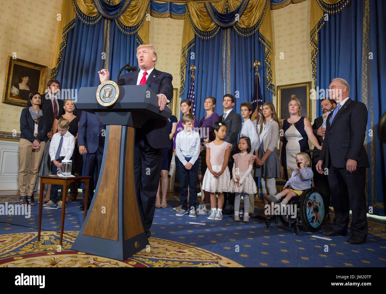 """US-Präsident Donald J. Trump macht eine Aussage über die Gesundheitsversorgung im stehen mit """"Opfer Stockbild"""
