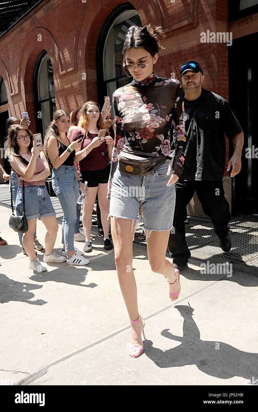 New York, NY, USA. 31. Juli 2017. Kendall Jenner unterwegs für Promi-Schnappschüsse - Mo, New York, NY Stockbild