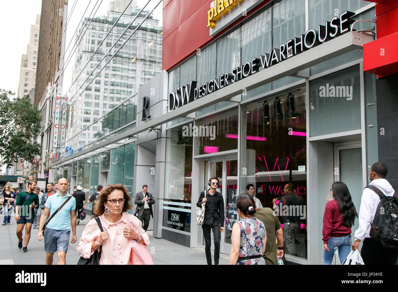 Menschen gehen von einer DSW-store in Manhattan. Stockbild