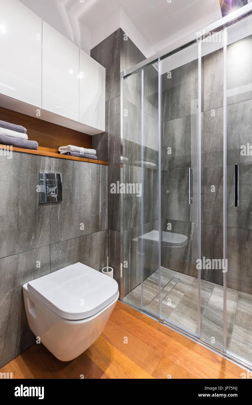 Graue Badezimmer Mit Begehbarer Dusche Und Weiße Toilette