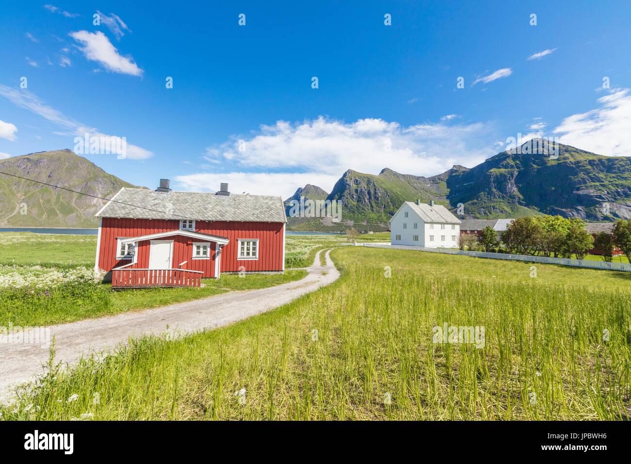 Grünen Rasen und Wiesen umrahmen die typischen Häuser genannt Fischerorten in die Fischerei Dorf Flakstad Stockbild
