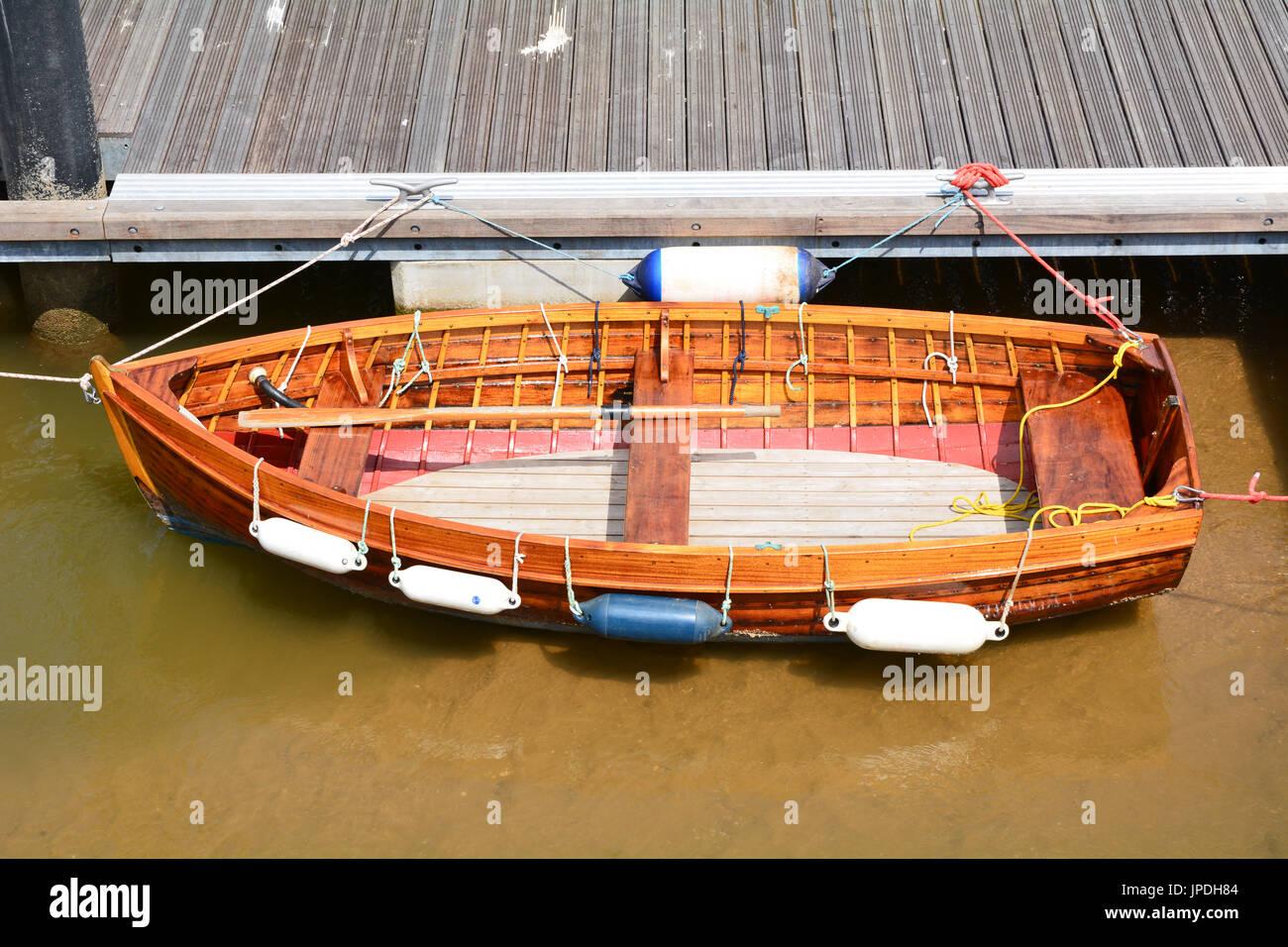 holz ruderboot zum steg festgemacht stockfoto bild 151504308 alamy. Black Bedroom Furniture Sets. Home Design Ideas