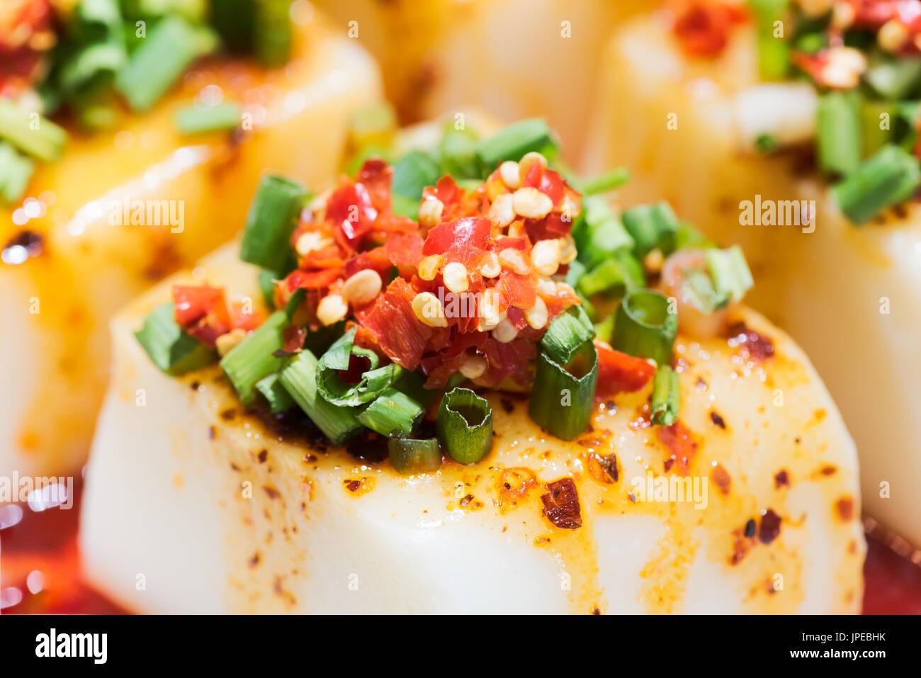 Chinesischer Tofu mit Chili-Pfeffer-Sauce - chinesisches Essen Stockbild