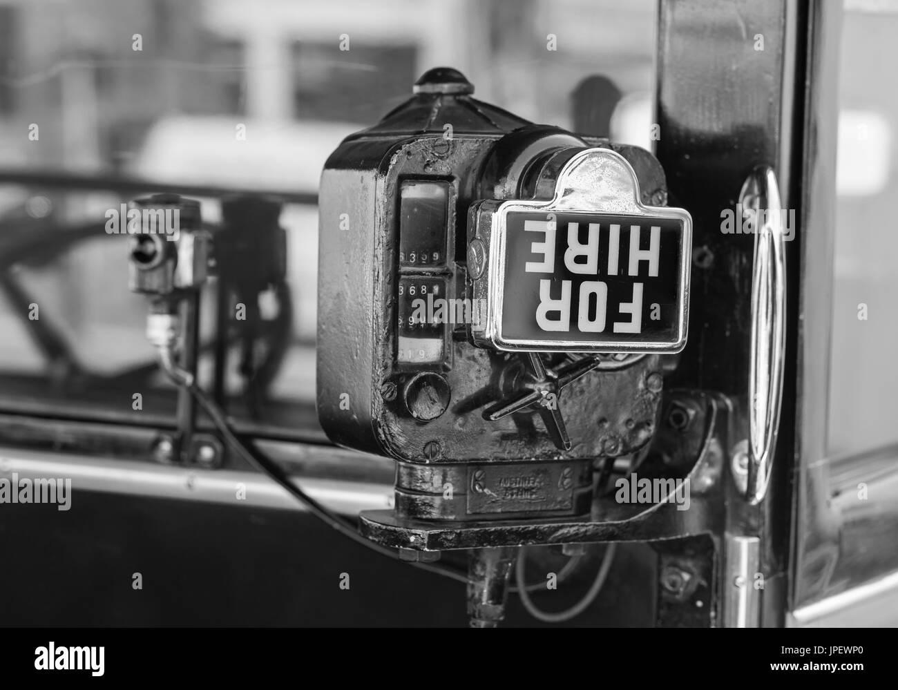 Argo Taxameter & For Hire Zeichen aus den 1930er Jahren ausgestattet, um einen Oldtimer London-Taxi. Taxameter Stockbild