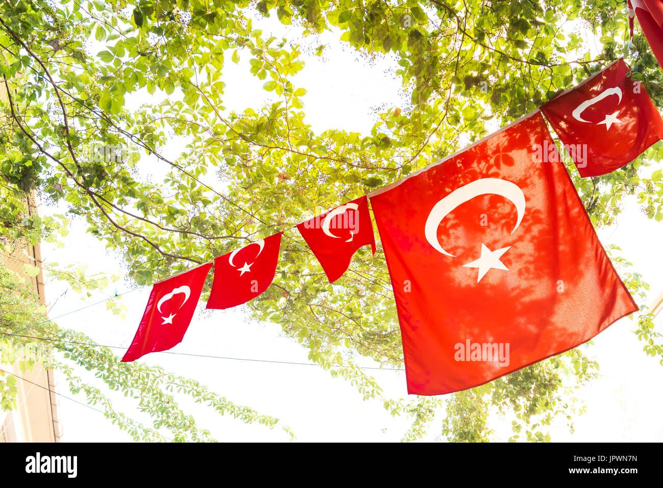 Türkische Flaggen und Blick auf Kadiköy beliebte Straßen wo Menschen wandern gerne und Ihren Besuch. Stockbild