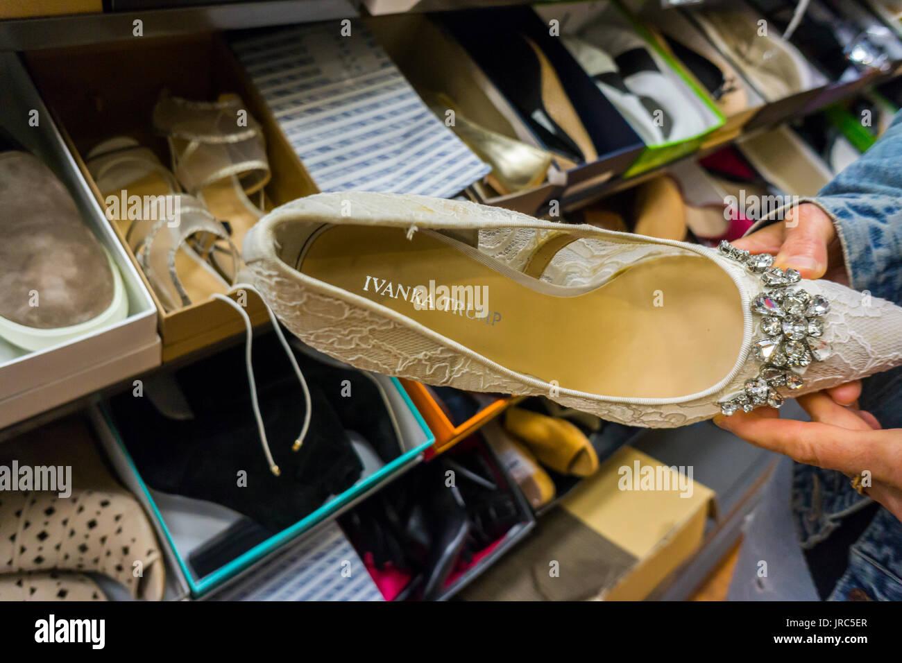 Eine Shopper bewundert Ivanka Trump Designer-Schuhe in einem off Händler Abstand Abteilung in New York auf Stockbild