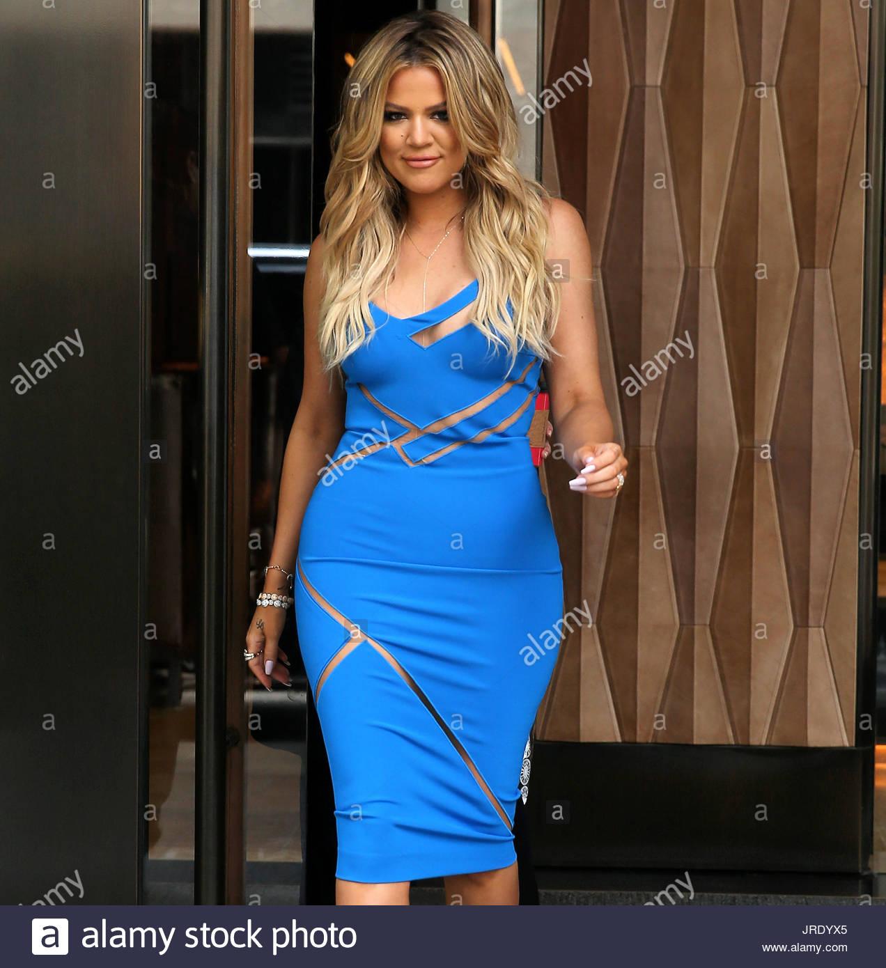 Khloe Kardashian. TV-Persönlichkeit Khloe Kardashian, trägt ein blaues Kleid Ausschnitt, verlässt Stockbild