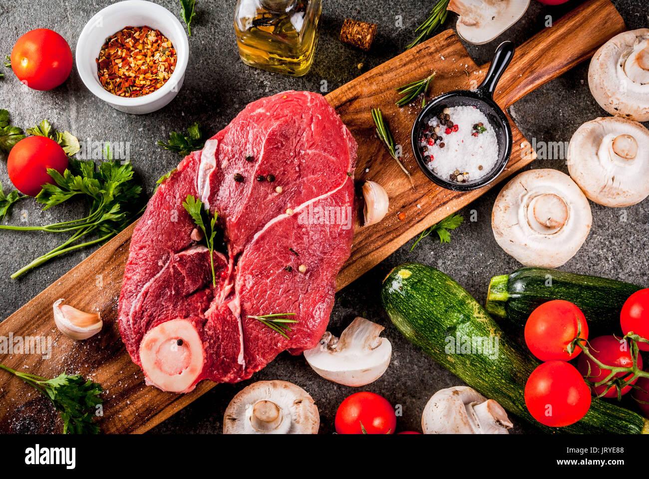 Rohes Fleisch mit Zutaten für das Abendessen. Rinderfilet, Filet, auf ein Schneidbrett, mit Salz, Pfeffer, Stockbild