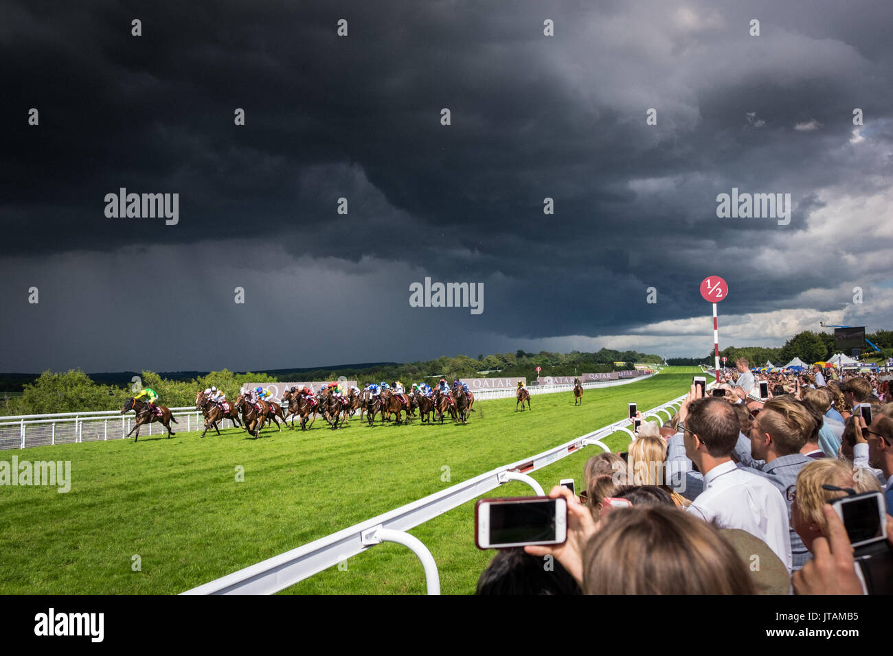 Gewitterwolken Pass während der Pferderennen in Glorious Goodwood 2017 in West Sussex Stockbild