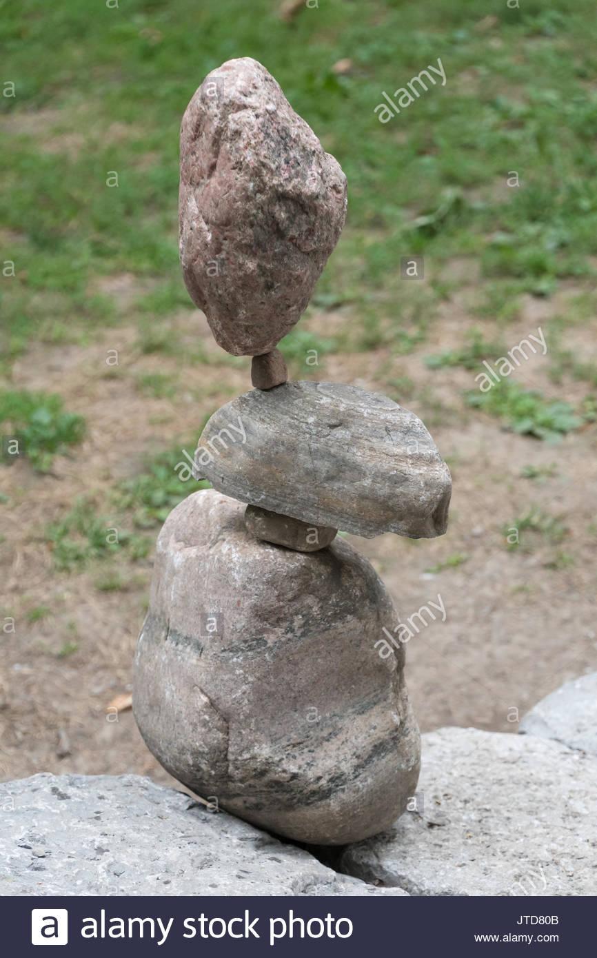 Ausgewogene Steine in eine open air Stadtpark. Rock Balancing oder Stein balancing (Stein oder Felsen Stapeln) ist Stockbild