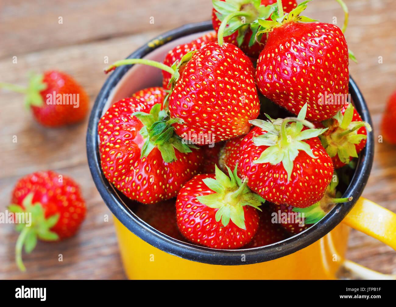 Erdbeergarten rustikalen Cup Sommer Essen gelbe Metall dunklen Hintergrund selektiven Fokus Stockbild