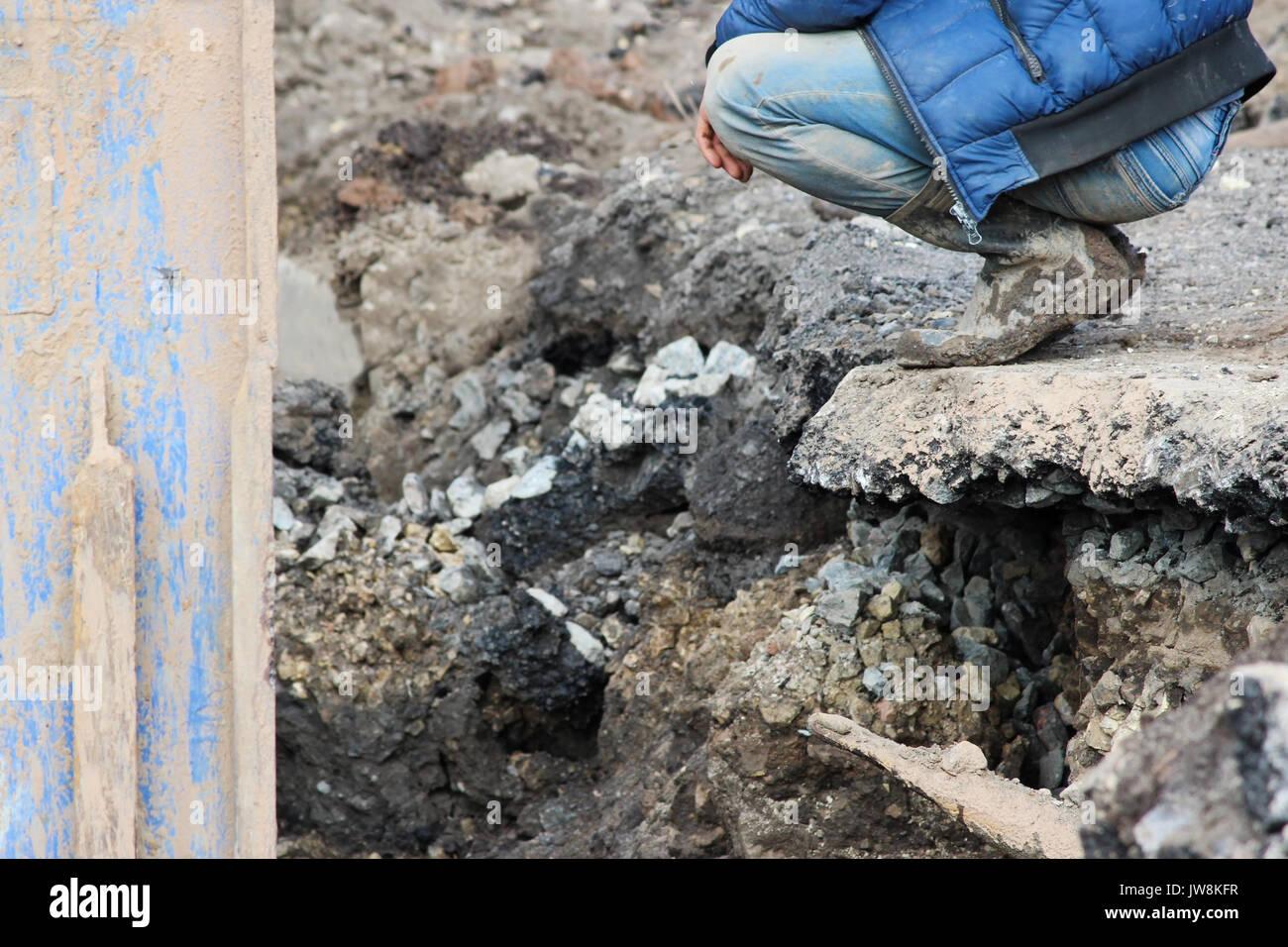 Installation von Metallkonstruktionen - sofortige Unterstützung für das Ablassen von Boden an der Baustelle Stockbild