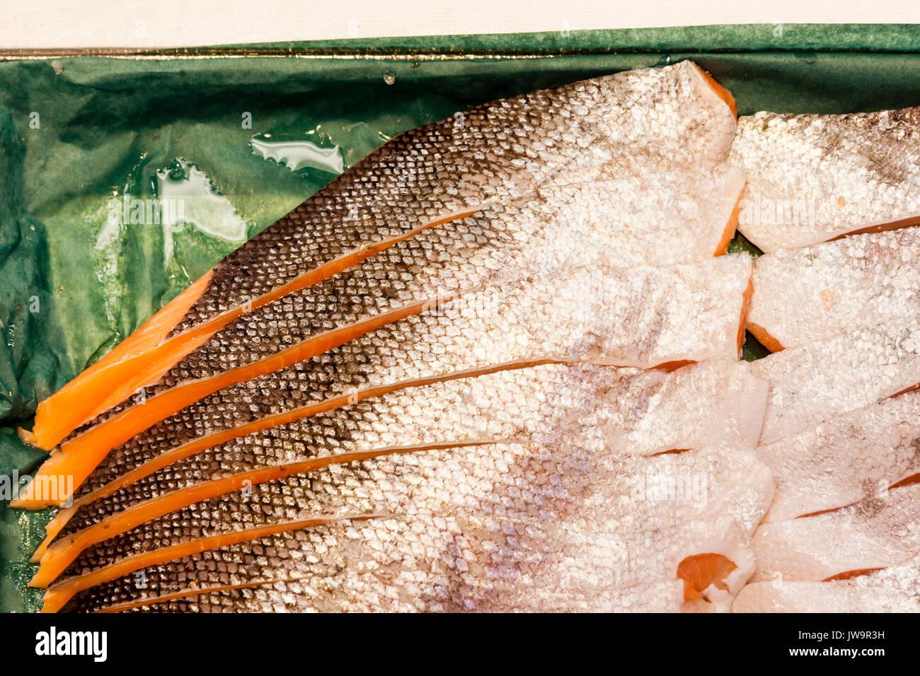 Japan, Kanazawa. Omi-cho frische Lebensmittel Markthalle. Fische ausschneiden in Filets und festgelegt. Close Up. Stockbild