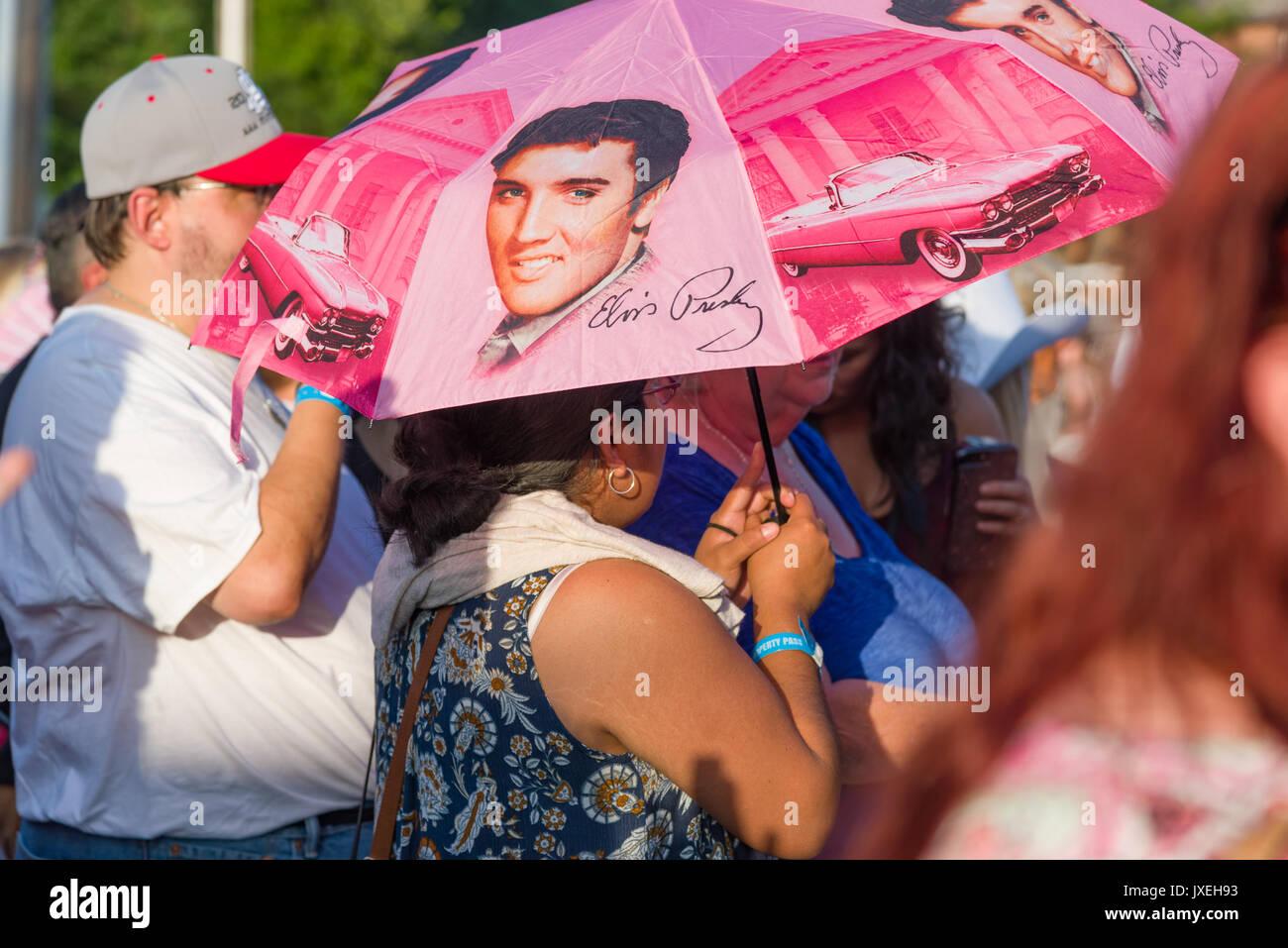 Memphis, Tennessee, USA, 15. August 2017. Elvis Woche. Mahnwache. Leute zahlen Hommage an Elvis Presley in seinem Stockbild