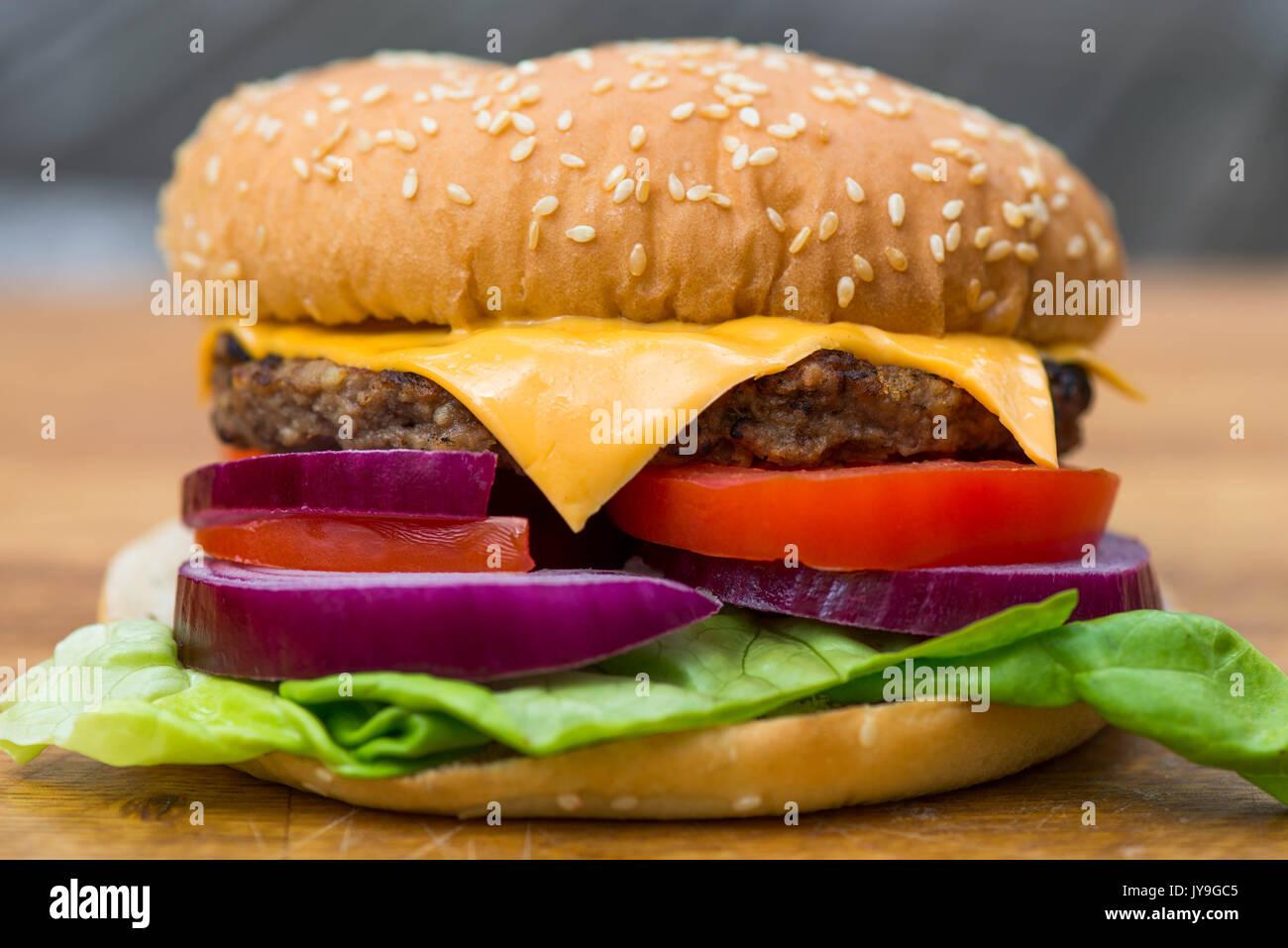 Quartal Pfund Hamburger oder Beefburger in einem Sesam Brot Brötchen mit Salat Stockbild