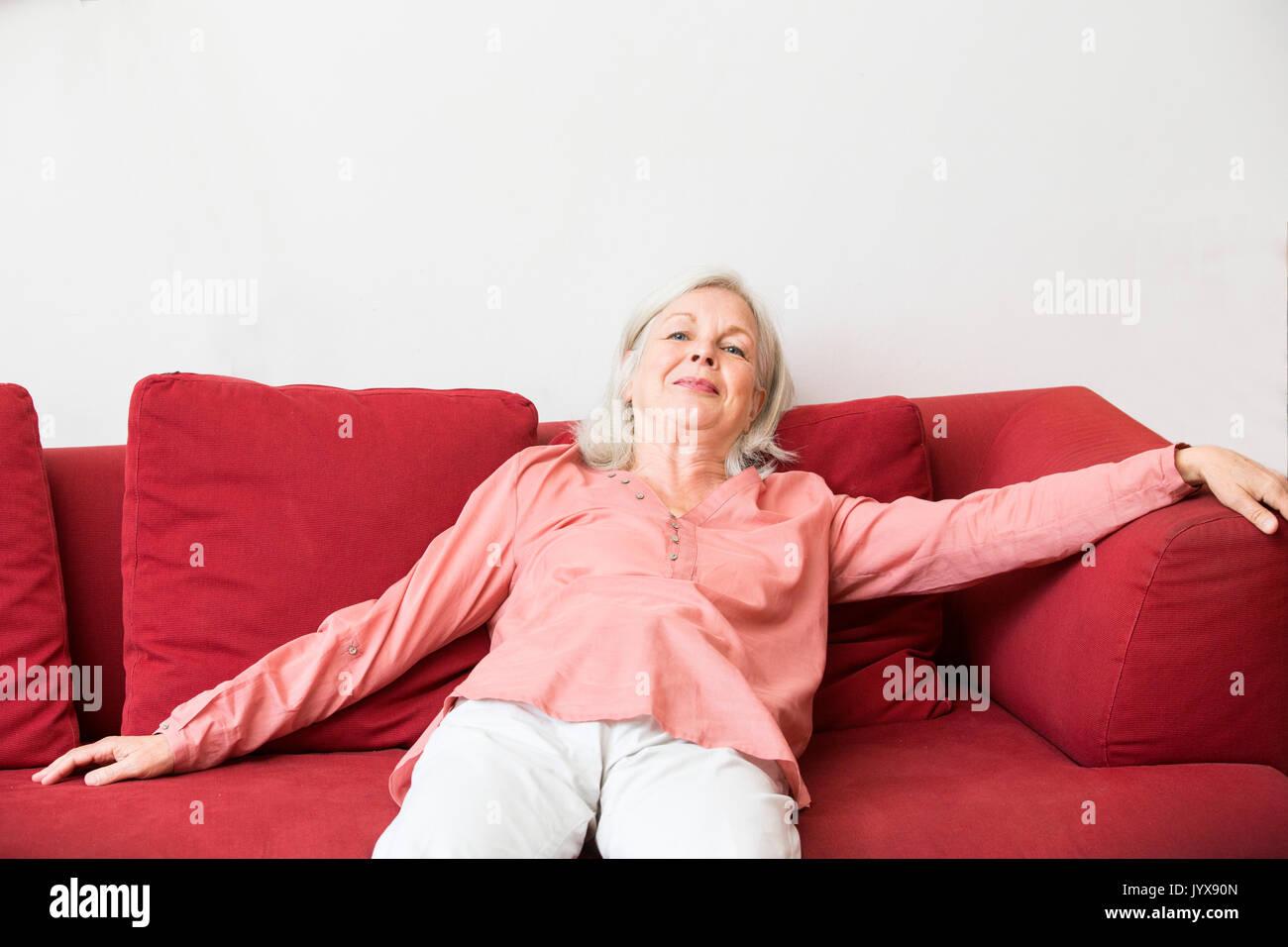 Erschöpft senior Frau Stockbild