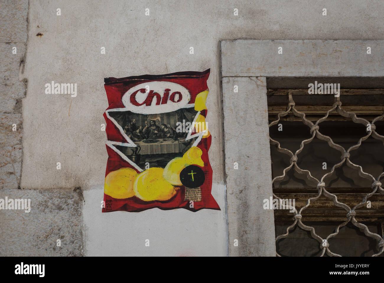 Chio Chips das Letzte Abendmahl Graffiti, Street Art in Ljubljana, Slowenien. Ungesunde Lebensmittel Konzept Stockbild