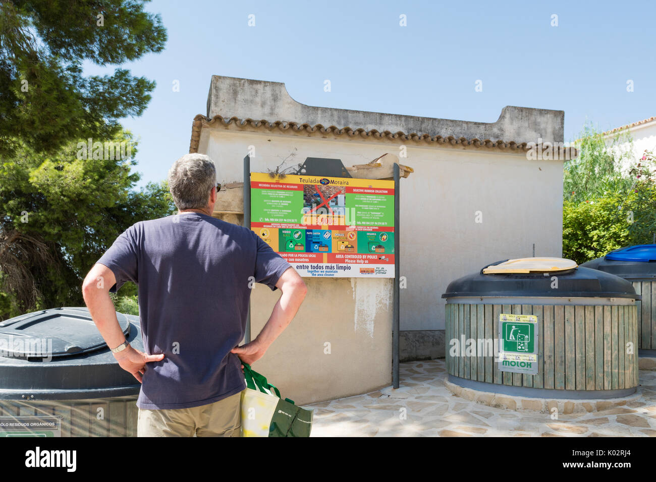 Recycling im Urlaub - Touristische an Recyclinganlagen in der Nähe der Spanischen Ferien Villa suchen Stockbild