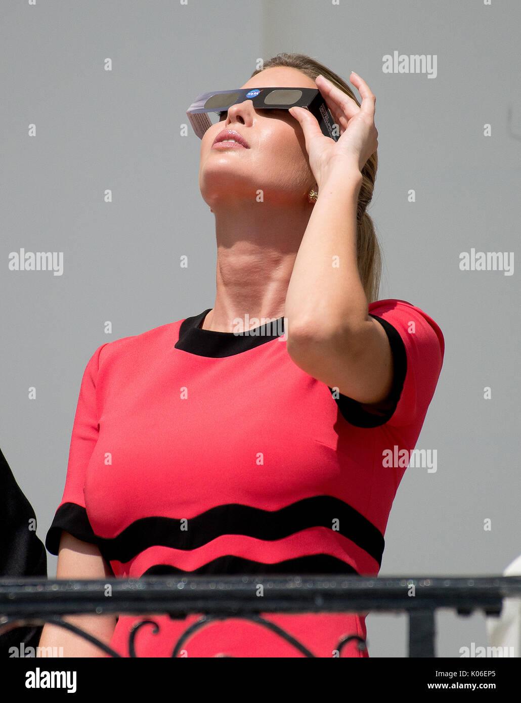 Ivanka Trump sieht sich die partielle Sonnenfinsternis die Sonne aus dem Blauen Zimmer Balkon des Weißen Hauses Stockbild