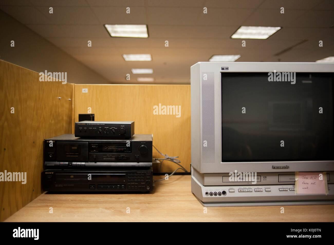 Eine veraltete VCR-System mit einem kastenförmigen Fernsehen auf einem Tisch, 2016 verbunden. Mit freundlicher Stockbild