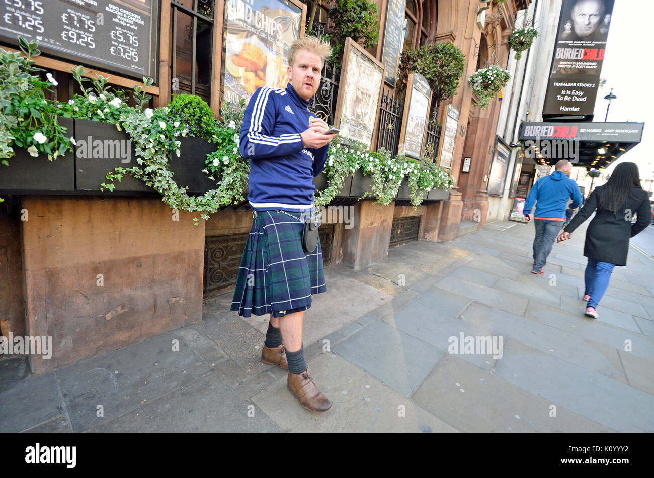 London, England, UK. Mann mit einem Kilt in Whitehall Stockbild